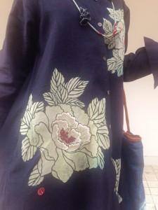 大輪の牡丹が咲くインディゴワンピース (6)